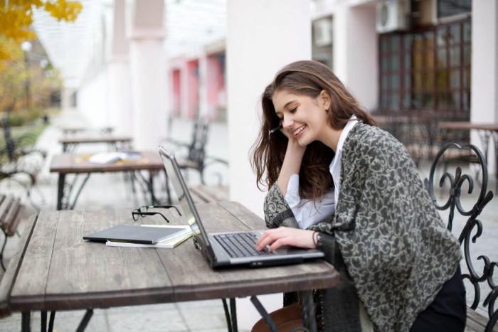 девушка в кафе с ноутбуком